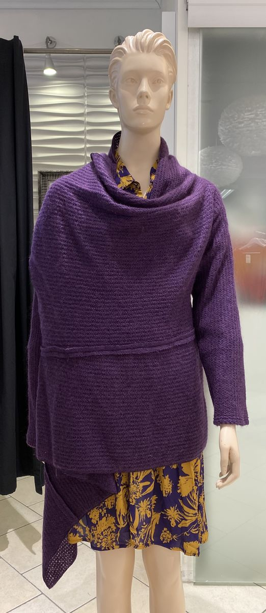 Que violetti neuletakki